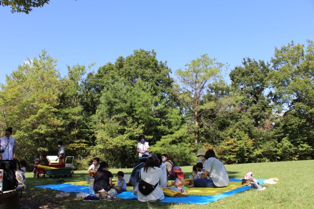有馬富士公園の築山広場でどんぐりあそび。青い空と芝生に時折、心地の良い風が通り抜けます。